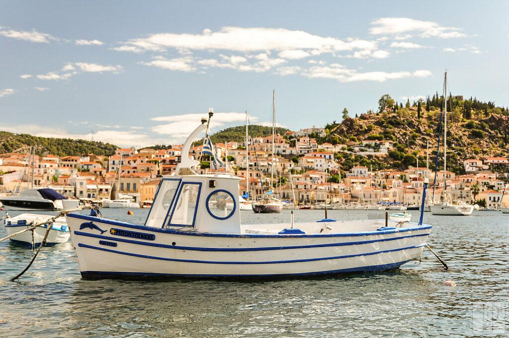 Bateau grec devant l'île de Poros